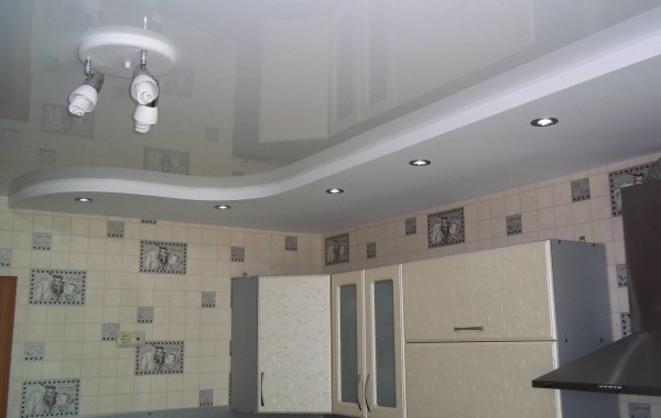 Натяжные глянцевые потолки на кухне